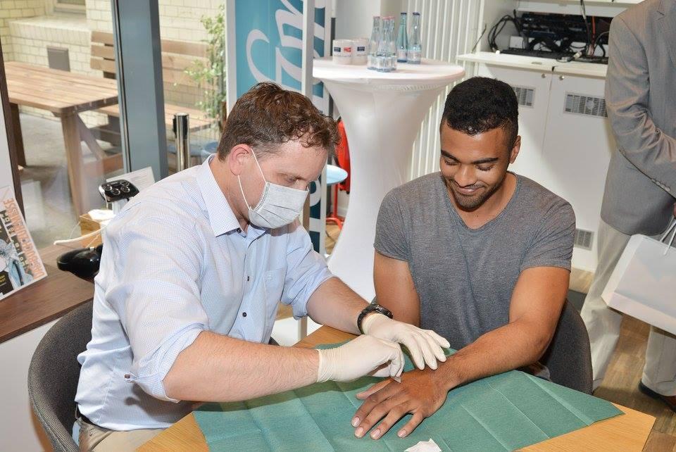 Kunde bekommt ein Implantat von Dr. Kramer