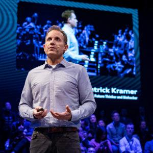 Dr. Patrick Kramer trägt eine seiner Keynotes vor
